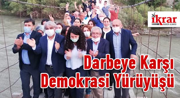 """HDP Eş Genel Başkanı Pervin Buldan, """"Darbeye karşı demokrasi yürüyüşü"""" öncesi Silivri'de açıklama yaptı."""