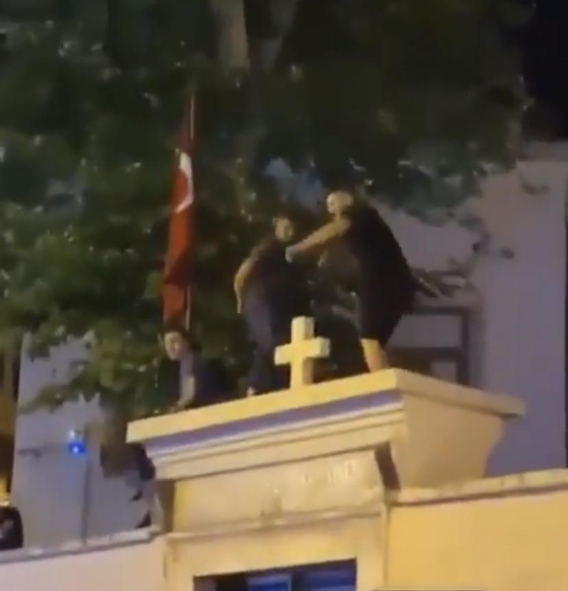 Kadıköy'de Kilise duvarında oynayan 3 kişi gözaltına alındı