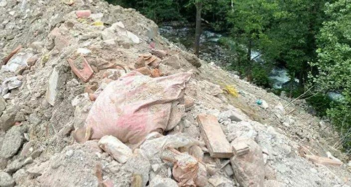 Sümela Manastırı'nın restore sonrası molozlar dereye döküldü