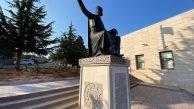 Dergah önünde bulunan Hünkar'ın heykelinin kaidesi yenilendi