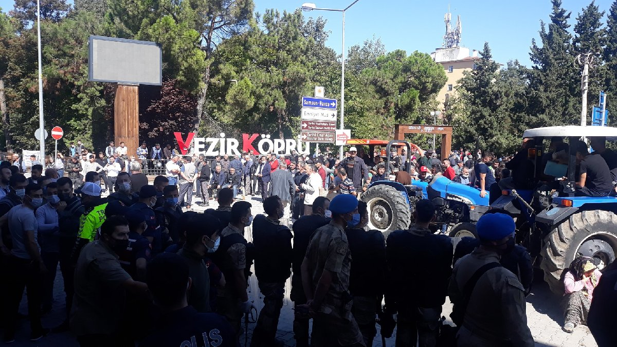 Vezirköprü halkı  Belediyeyi taşladı