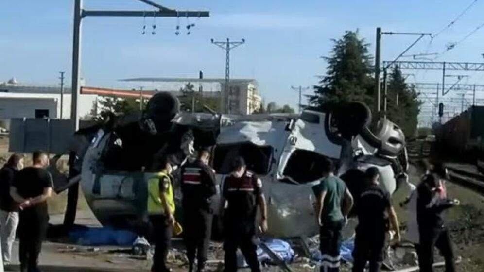 Tren minibüse çarptı; 4 Kişi yaşamını yitirdi