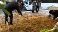 KHK'lı Murat Şen, kızı Dr. Rümeysa Berin Şen'in mezarına elleri kelepçeli toprak attı